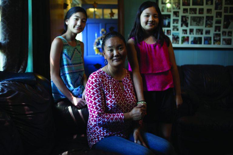 Lhakpa Sherpa con due delle sue figlie